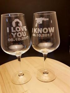 wine glasses engraving